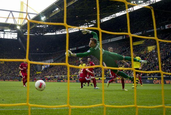 El delantero marcó dos goles ante el Freiburg, pero además rompió cintur...