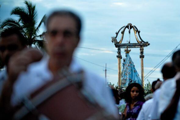 Desafiando la lluvia y entonando cánticos, miles de cubanos recorrieron...