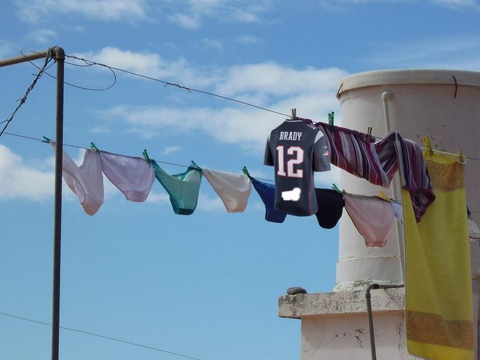 Tom Brady, feliz por la localización de su jersey Meme 2.jpg