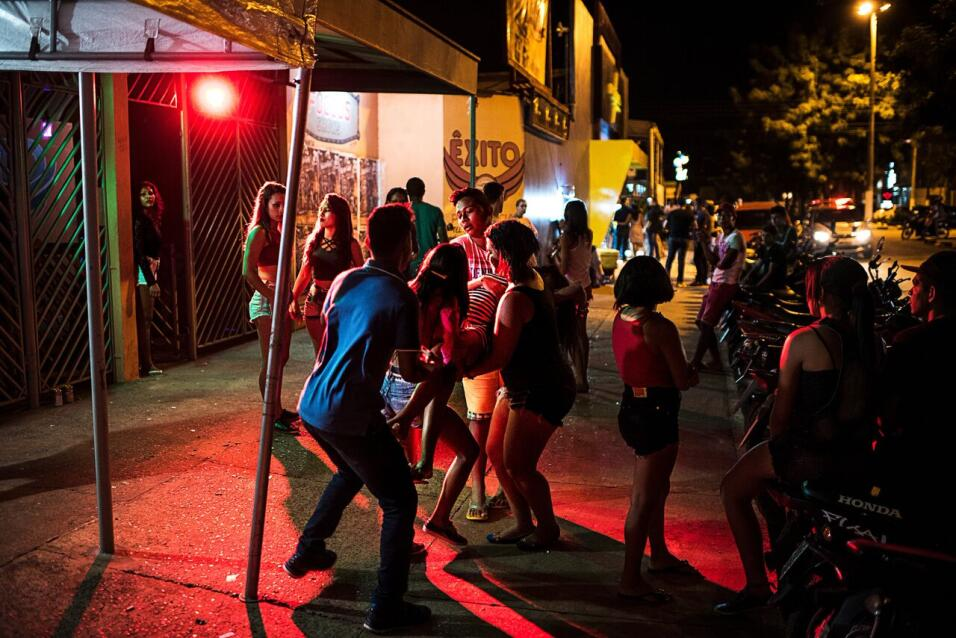 Youth partying at a nightclub in Altamira carry an unconscious woman out...