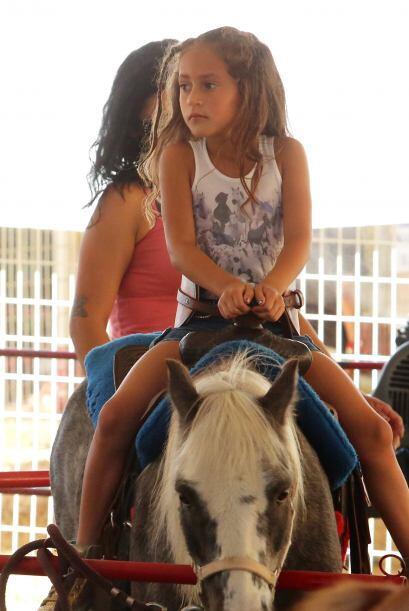 Pronto la pequeña se subió a un caballo y comenzó l...