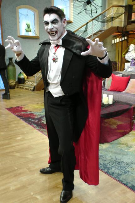 Johnny Lozada sacó los colmillos para dar vida a El conde Drácula.