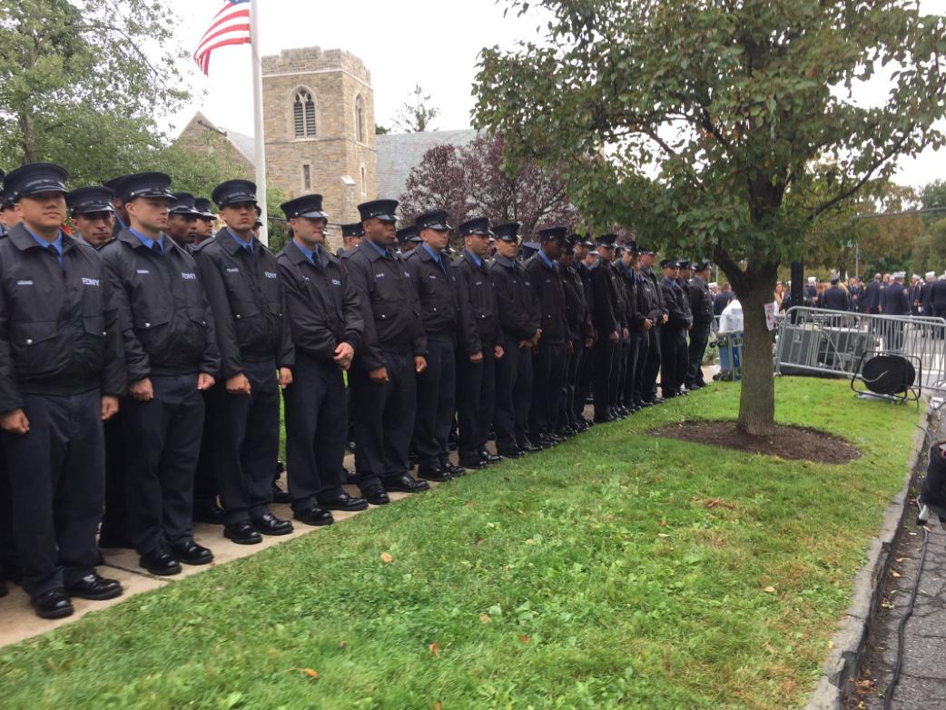 Las aceras en Yonkers repletas de bomberos durante el funeral del capitá...