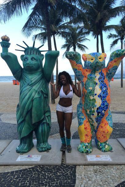 Kenia posó al lado de dos de estas esculturas.