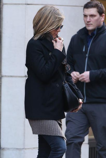 Sigue viendo las fotos para ver el cuerpazo de Jen en bikini.  Mira aquí...