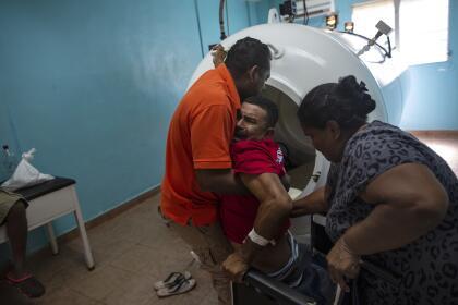 El síndrome de descompresión es tratable. Cuando las personas lo sufren, se recomienda una terapia en una cámara hiperbárica, donde los pacientes respiran más oxígeno del que podrían respirar bajo la presión normal del aire con el propósito de restaurar los tejidos. En la imagen, Misael Banegas, paralizado por el síndrome de descompresión, es levantado por un terapeuta físico para llevarlo a una cámara hiperbárica en el hospital de Puerto Lempira, Honduras.