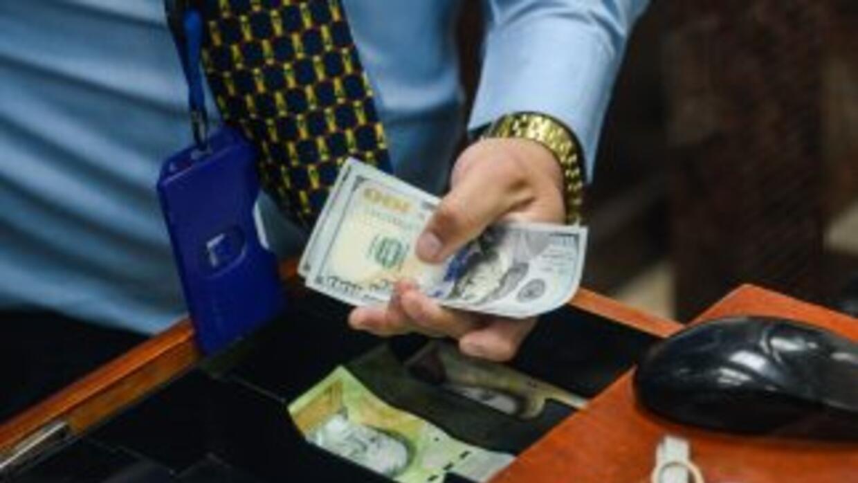 Desde este jueves, los venezolanos pueden comprar libremente dólares en...