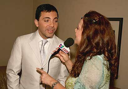 'El Gallito Feliz' se dio tiempo para lanzarle piropos a la reportera.