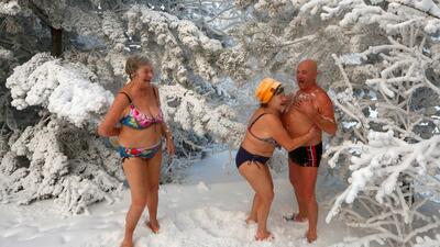 En fotos: este club en Siberia celebra el Año Nuevo con una zambullida helada