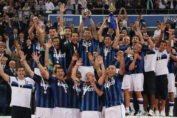 Llegó el momento de alzar la 'Coppa', por parte de Javier Zanetti, el ca...