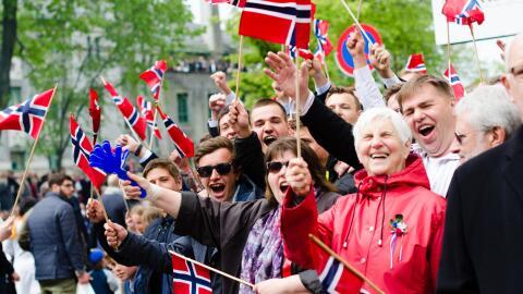 Noruegos celebrando su día nacional en la ciudad de Bergen.