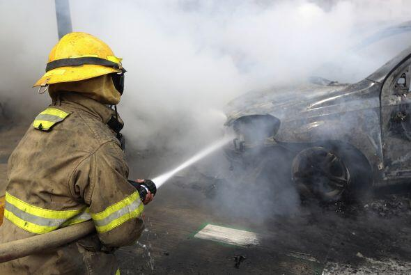 Así luce uno de los vehículos mientras los bomberos apagaban el incendio.