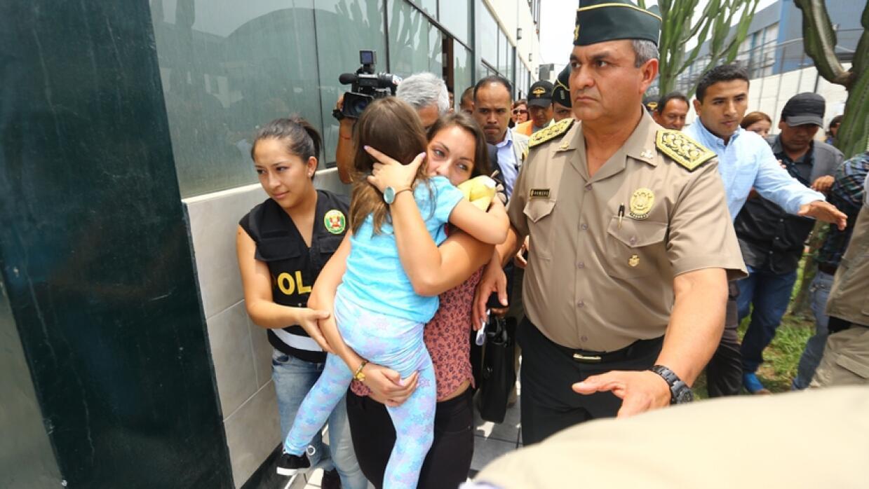 Rose Chacón abraza a su hija tras recuperarla en Perú
