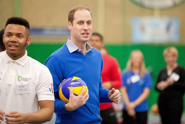 Pero también se le vio bastante informal y risueño al jugar volleyball....