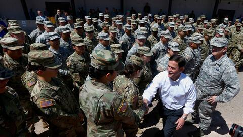 El gobernador de Arizona, el republicano Doug Ducey, saluda a algunos mi...