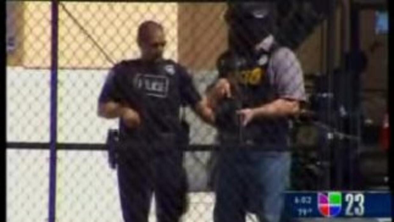 El equipo SWAT tuvo que acudir como precaución a algunas escuelas del Co...