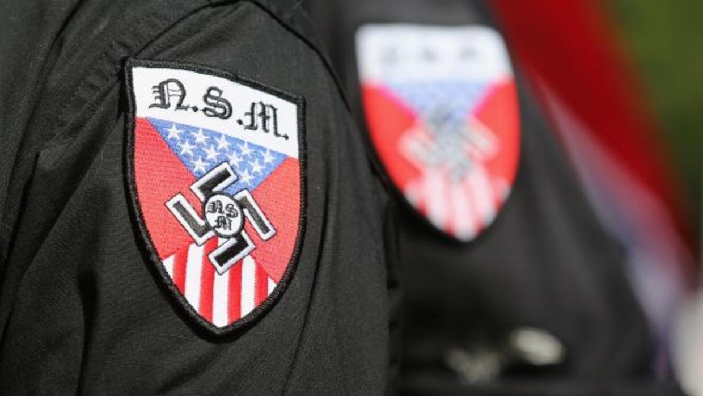 Ondeando enseñas confederadas, algunas de ellas con el símbolo nazi incr...