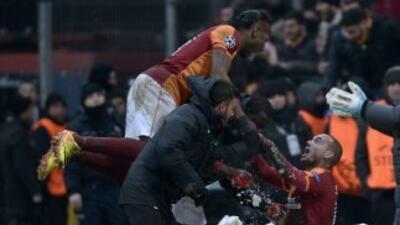 Wesley Sneijder celebra con Drogba el gol del triunfo de Galatasaray sob...