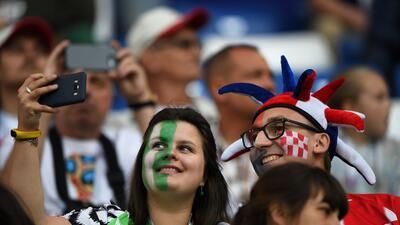 Fiesta de hermandad entre los fanáticos de Croacia y Nigeria en el Mundial de Rusia 2018