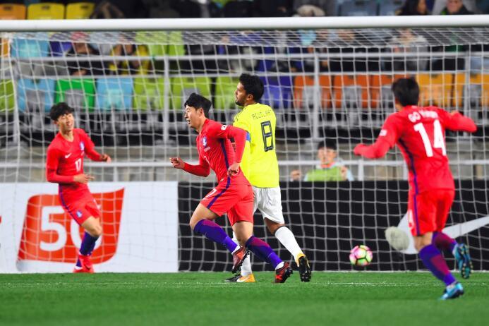 Colombia tropezó en su visita a Corea del Sur gettyimages-872455208.jpg