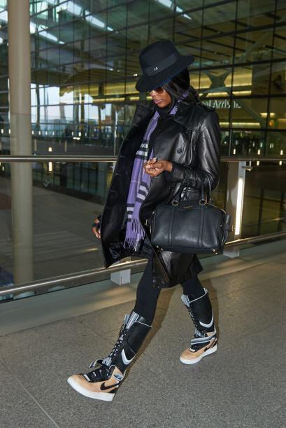 No, a las botas que decidió usar Naomi Campbell. Esta vez está reprobada...