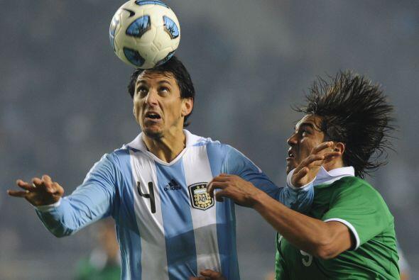 Deficiente partido de Nicolás Burdisso, quien a pesar de lo poco que ata...