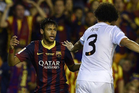 Neymar y Pepe no perdieron el tiempo para empujarse en un intento de bro...