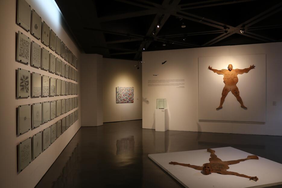 Este artista lanza una crítica con sus tapetes de pandilleros de la Mara...