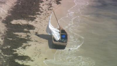 Los inmigrantes llegaron en una precaria embarcación de madera.