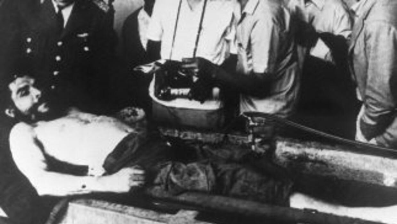 Cadáver del Ché momentos después de ser ajusticiado.