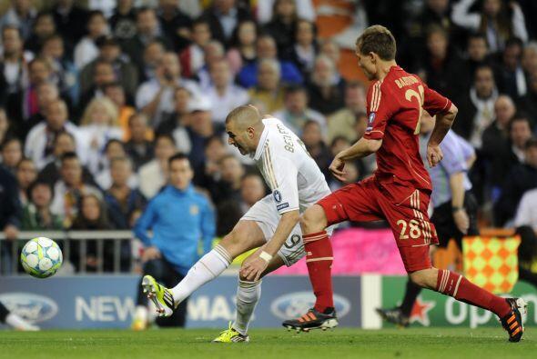 Karim Benzema pudo haber ampliado la diferencia con un remate de derecha...