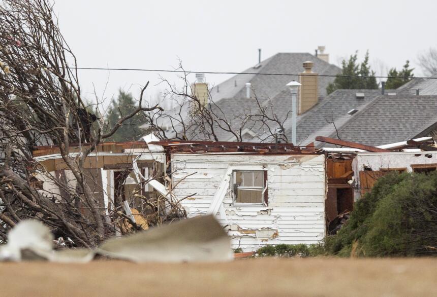 Tornados dejan una docena de muertos en Texas GettyImages-502601422_mast...