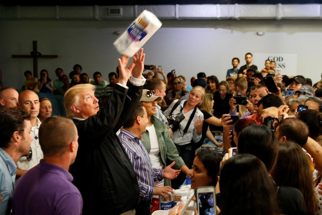 Donald Trump en un evento en Puerto Rico lanza papel absorbente a los as...