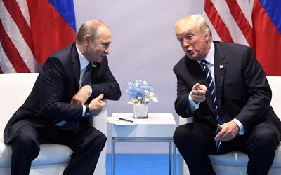 El presidente de EEUU, Donald Trump, (dcha.) y su homólogo ruso,...