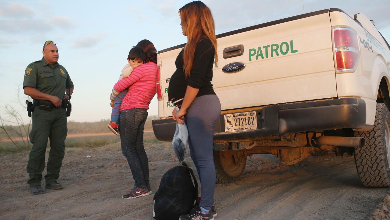 Migrantes centroamericanos detenidos por la Patrulla Fronteriza en un ár...