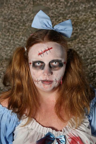 Maquillaje blanco de fondo y algunas heridas y ojeras pueden también cre...