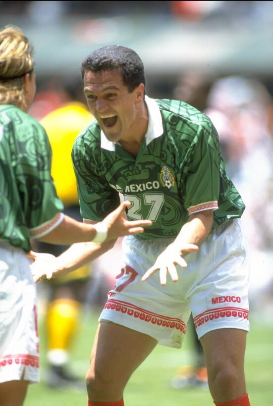 Carlos Hermosillo (México) - 15 goles en 18 partidos durante dos elimina...