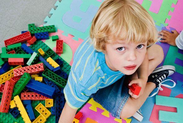 Guarda sus lápices ¡en contenedores hechos con Lego! Pídele a tu hijo qu...
