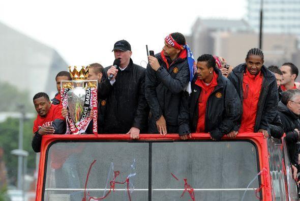Sir Alex Ferguson, técnico del equipo, tomó el micrófono para dar las gr...