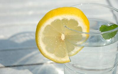 Descubre las bondades del agua con limón