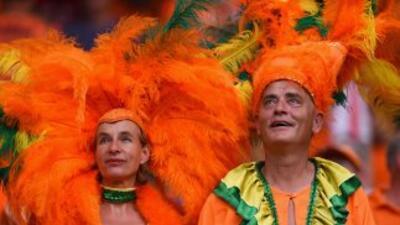 Aficionados holandeses festejan el triunfo de su selección frente a Espa...