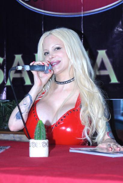Sabrina presentó su nueva portada de la revista del conejito.  Mi...