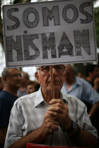 Otro asistente a la marcha sostiene un cartel que dice: Somos Nisman.