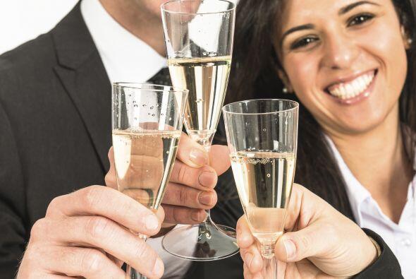 Bebe con moderación. Tomar demasiado frente a tu jefe, puede hacer que e...