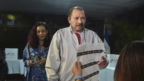 El presidente Daniel Ortega y su esposa Rosario Murillo, candidata a la...