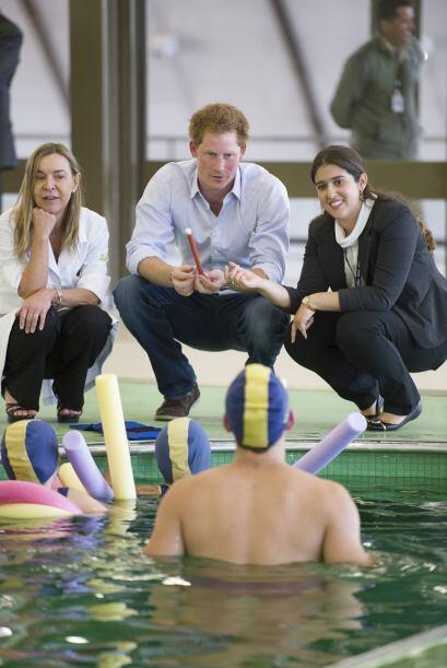 Más tarde el príncipe asistió a una clase de natación, para dar por term...