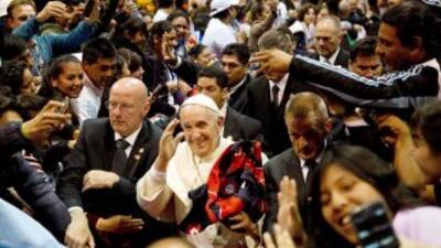El Papa Francisco rodeado de fieles, periodistas, guardaespaldas y asist...