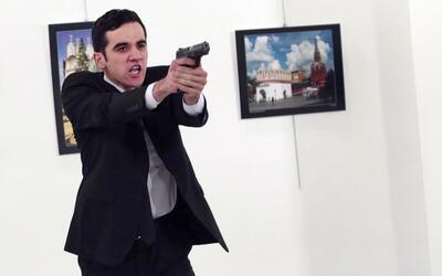 Mevlüt Mert Altintas, pistola en mano