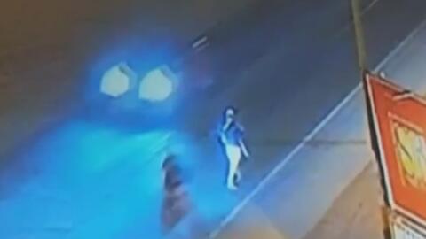 Motociclista embiste a toda velocidad a un sujeto que caminaba por la ví...
