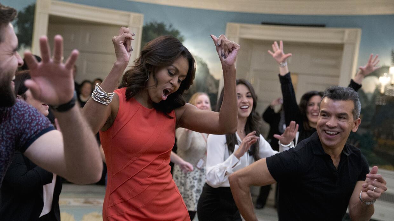 """La primera dama Michelle Obama baila al ritmo de """"Conga"""" en la Casa Blan..."""